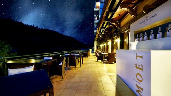 Retro Riverside Luxury Wellness Resort - 11 Popup navigation