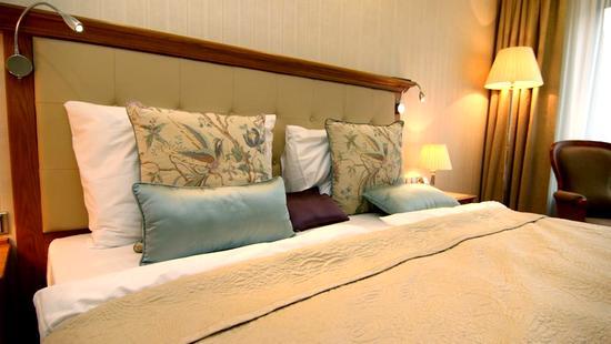 Retro Riverside Luxury Wellness Resort - 30 Popup navigation