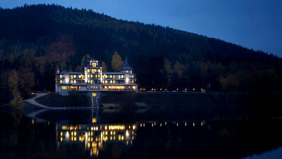 Retro Riverside Luxury Wellness Resort - 10 Popup navigation